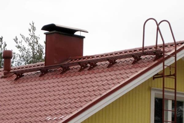 переходный мостик на крыше из металлочерепицы