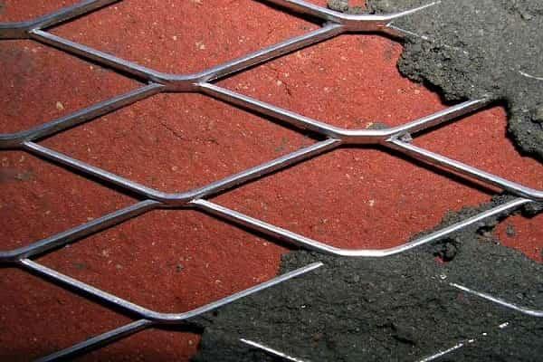 оштукатуривание стен с наличием металлической сетки