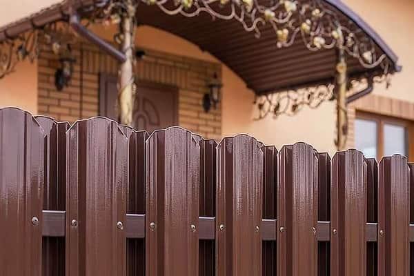 как сделать забор из металлического штакетника