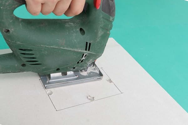 вырезание проема в гипсокартоне электрическим лобзиком