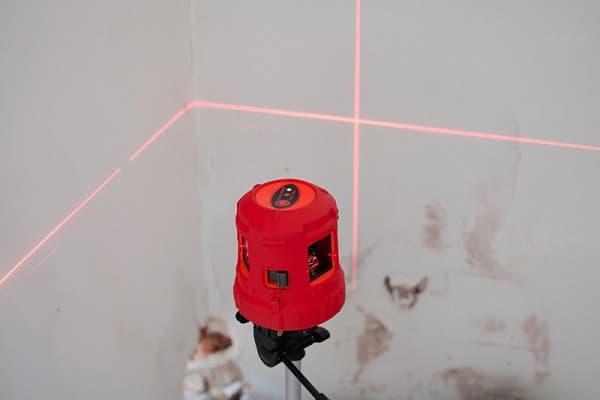 лазерный уровень при выравнивании пола под линолеум