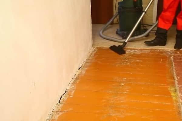 уборка пола пылесосом перед окрашиванием