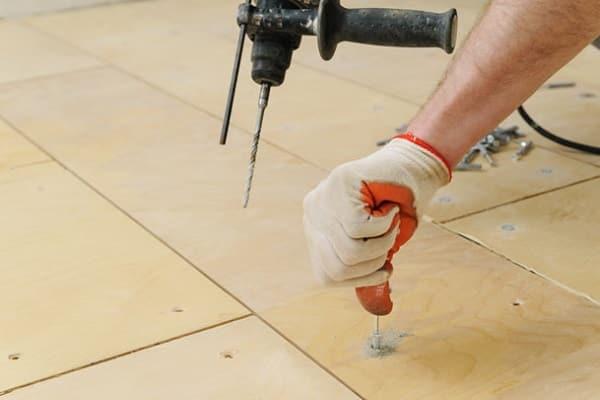 как выровнять пол под линолеум фанерой