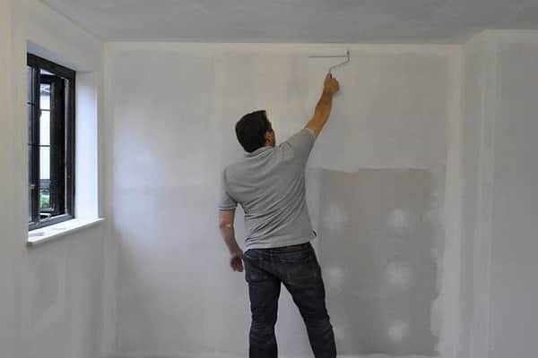 окрашивание стены перед нанесением жидких обоев