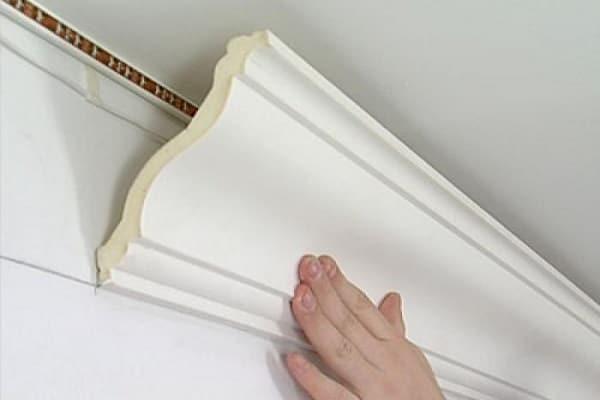 как крепить потолочный плинтус к натяжному потолку