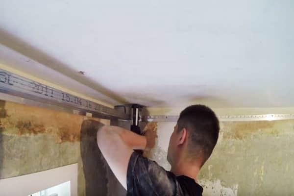 монтаж закладных под натяжной потолок