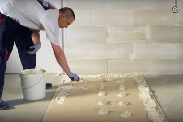 как правильно приклеить гипсокартон к потолку