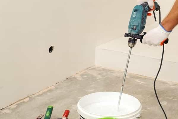 перемешивание акриловой краски перед нанесением на потолок