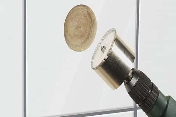как просверлить отверстие в керамической плитке коронкой