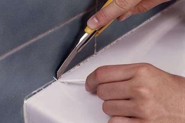 как убрать силиконовый герметик с акриловой ванны канцелярским или строительным ножом для подрезки обоев