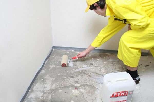 как выровнять пол плиточным клеем: нанесение грунтовки