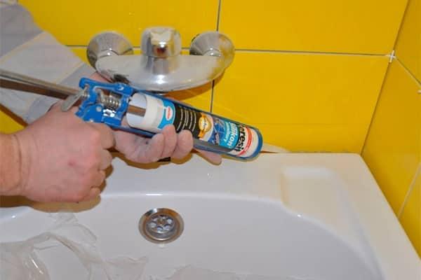 заделывание щели между ванной и стеной силиконовым герметиком