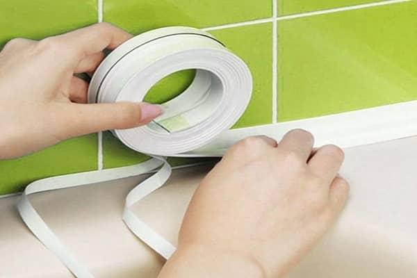 как правильно приклеить бордюрную ленту на ванну своими руками
