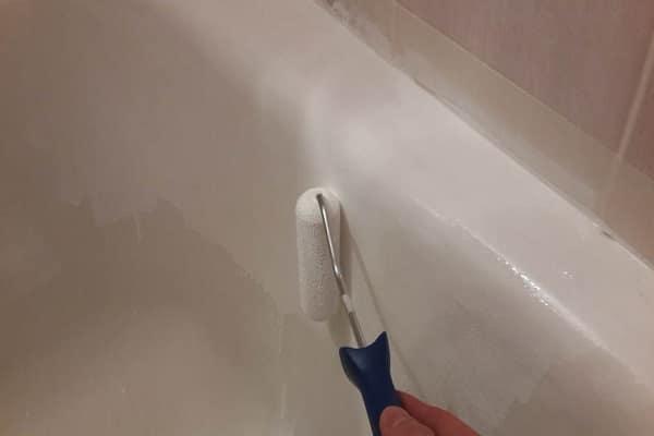 как обновить покрытие чугунной ванны эмалью, осуществляя нанесение валиком