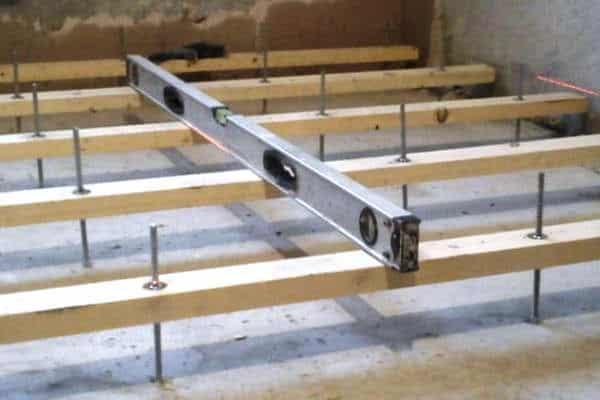 как избавиться от скрипа деревянного пола: укладка лаг