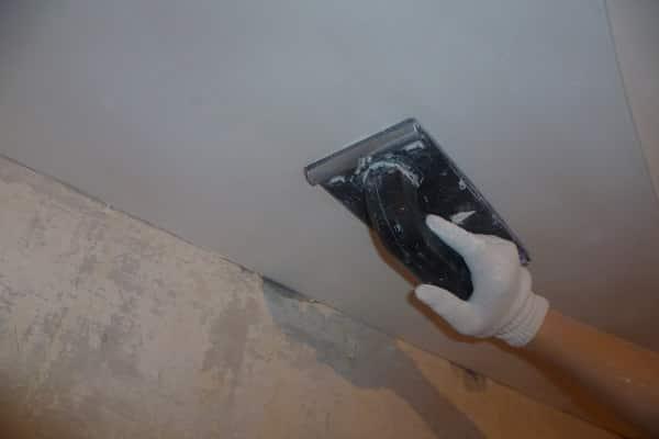 как шпаклевать гипсокартонный потолок: шлифование поверхности