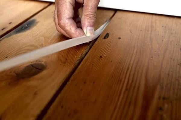 как избавиться от скрипа деревянного пола уплотнительным шнуром