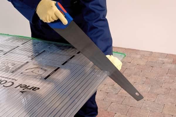 чем лучше резать поликарбонат: использование ножовки
