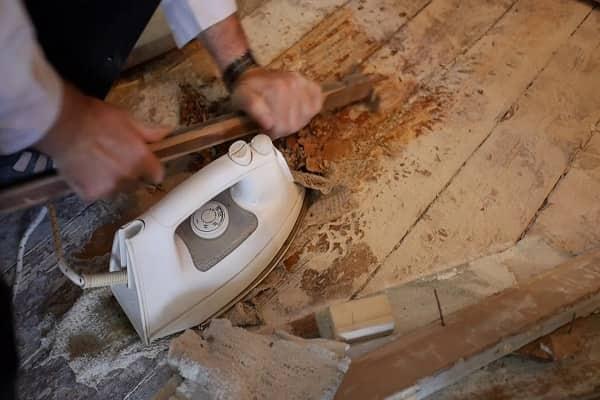 как снять старую краску с деревянного пола при помощи утюга