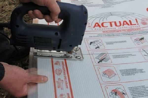 чем лучше резать поликарбонат: использование электрического лобзика