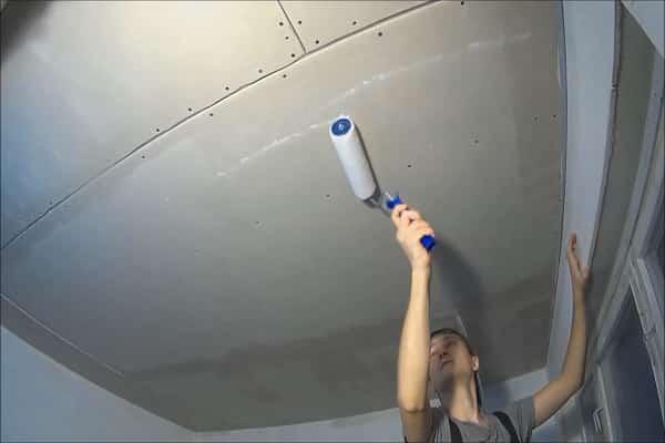 как шпаклевать гипсокартонный потолок: нанесение грунтовки