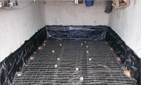 как сделать бетонную стяжку в гараже: укладывание слоя гидроизоляции