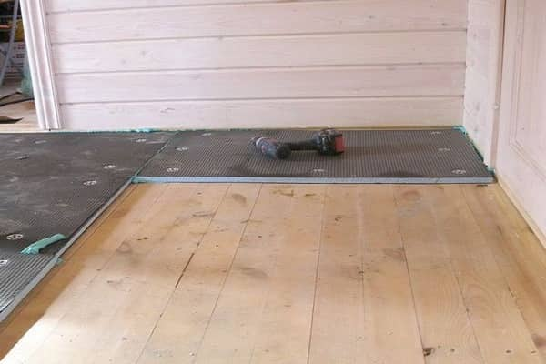 как правильно положить плитку на деревянный пол: укладка гипсокартона