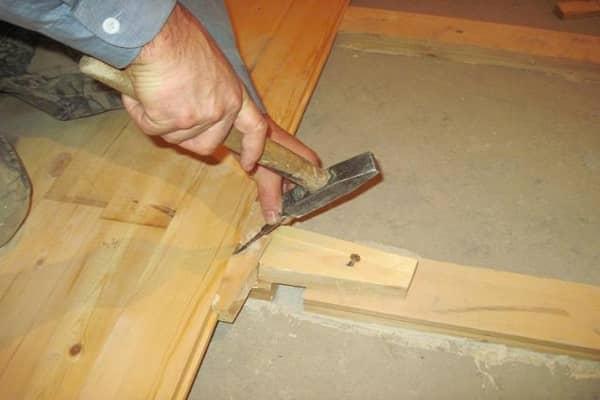 как сделать пол в гараже из досок при наличии бетонного основания