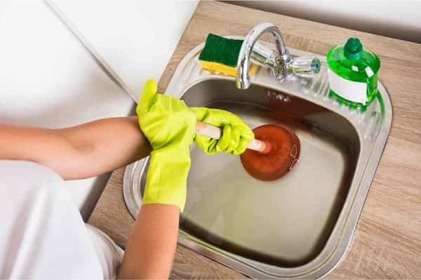 как устранить засор в раковине в ванной вантузом