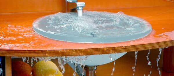 как устранить засор в раковине в ванной