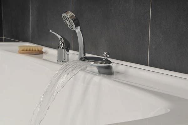 как правильно выбрать смеситель для ванной с креплением на ее бортик