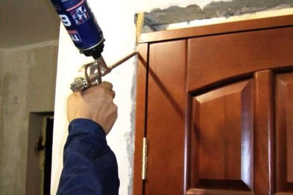 чем оттереть монтажную пену с металлической двери верно