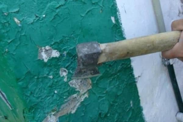 как снять масляную краску со стен при помощи топора