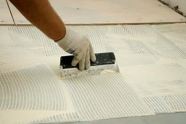 как уложить фанеру на бетонный пол, используя клей