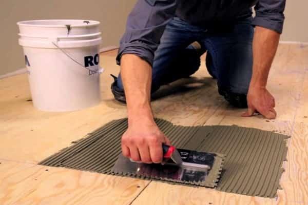 как положить плитку на фанеру на пол