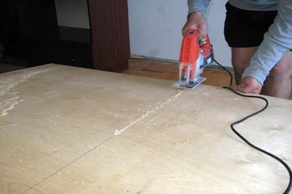 как уложить фанеру на бетонный пол: разрезание материала