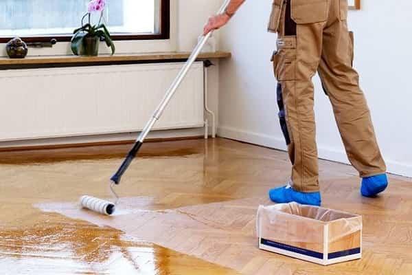 как правильно покрыть лаком деревянный пол: нанесение состава