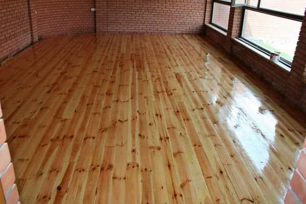 как правильно покрыть лаком деревянный пол: процесс нанесения