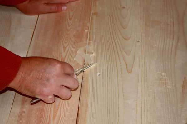 как правильно покрыть лаком деревянный пол: заделывание шляпок гвоздей и шурупов шпаклевкой