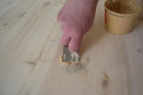 как шлифовать деревянный пол: предварительное устранение дефектов шпаклевкой