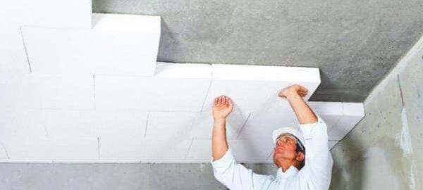 как приклеить пенопласт к потолку