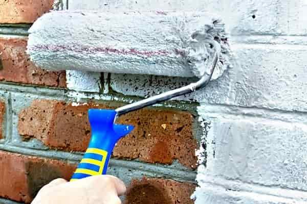 как покрасить кирпичную стену своими руками