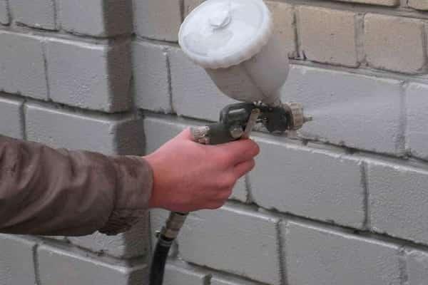 как покрасить кирпичную стену своими руками с помощью краскопульта