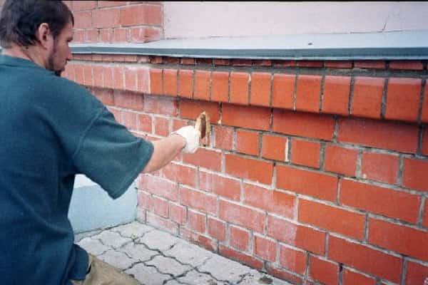 как покрасить кирпичную стену своими руками: вскрытие грунтовкой