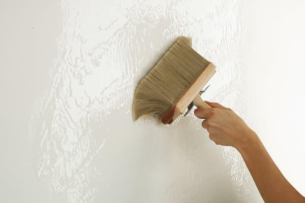 как наклеить обои под покраску на стены: нанесение клея
