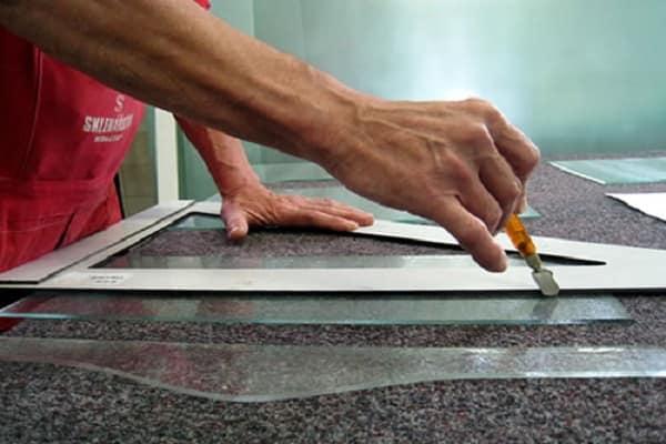 как выбрать стеклорез для дома: нанесение разметки инструментом