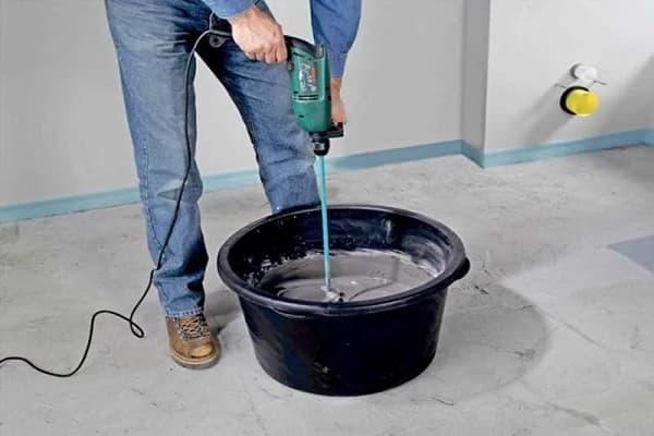 как выровнять пол в ванной комнате мокрой стяжкой