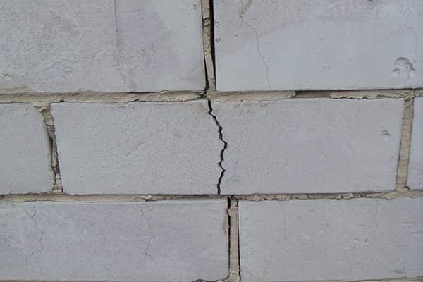 как заделать трещину в стене из пеноблоков: способы устранения