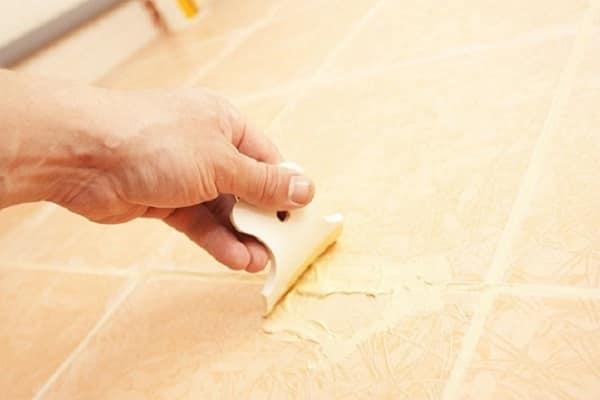чем заделать скол на плитке на полу: устранение повреждения с использованием затирки