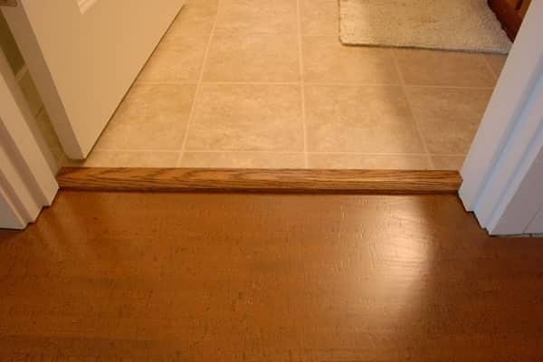 как установить порог в ванной комнате из древесины